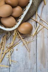 Cesta con huevos frescos de corral