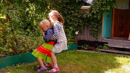 две девочки играют, смеются