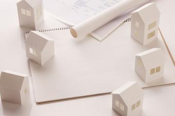 ペーパークラフトの家と画用紙