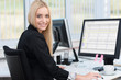 Leinwanddruck Bild - lächelnde junge frau arbeitet am computer