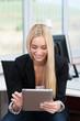 junge frau arbeitet mit tablet-pc im büro