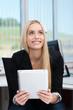 lächelnde auszubildende benutzt ein tablet im büro