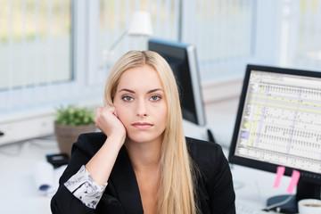 gelangweilte junge frau im büro