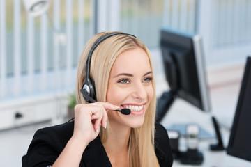 freundliche geschäftsfrau telefoniert mit headset