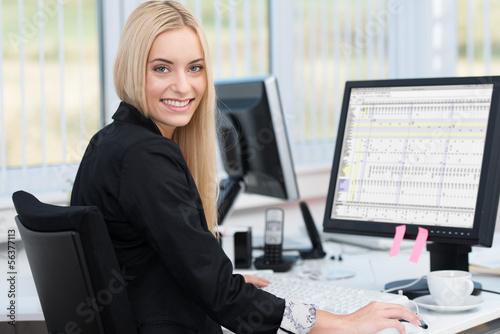 Leinwanddruck Bild lächelnde junge frau arbeitet am computer
