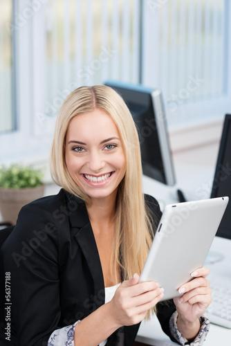 junge frau benutzt ein tablet am arbeitsplatz