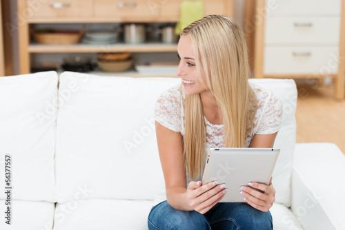 lächelnde studentin mit tablet in ihrer wohnung