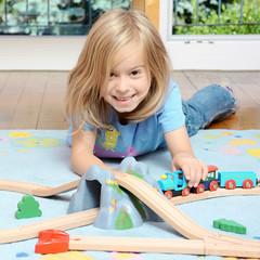 Kleines Mädchen spielt mit Modell Eisenbahn