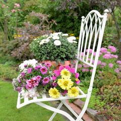 Stuhl mit Herbstblumen dekoriert