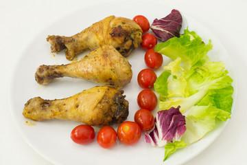 Coscia di pollo con insalata e pomodori