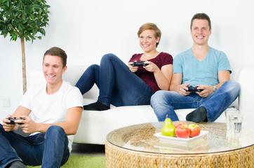 jugendliche beim konsole spielen