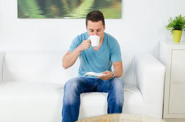 mann trinkt aus einer tasse