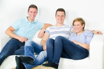 gruppe jugendlicher auf der couch