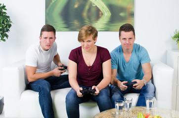 jugendliche spielen ein videospiel