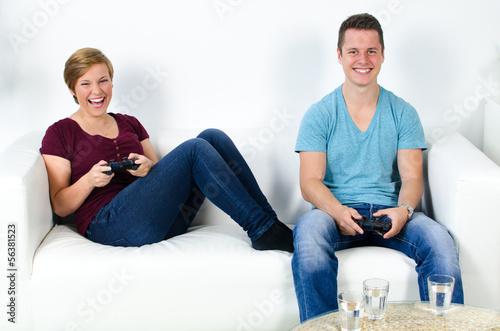 zwei freunde beim konsole spielen