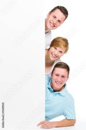 3 junge leute mit werbetafel