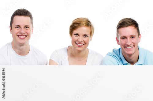 fröhliche gruppe mit hinweisschild