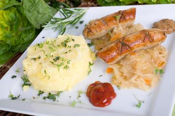 Thyringer Würstchen auf Schlachterkraut mit Kartoffelpürree