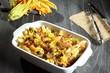 pasta con fiori di zucchino funghi e pancetta sfondo grigio