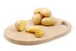 Patate affettate su tagliere di legno