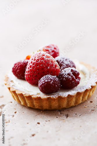 Little mascarpone tart with fresh summer berries
