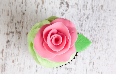 single cupcake with pink rose