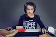 enfant mangeant hamburger devant ordinateur