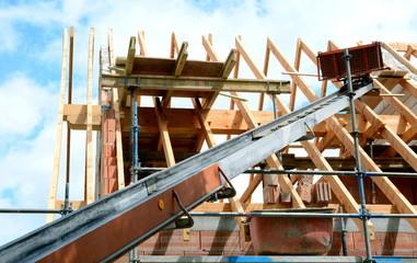 Dachdeckeraufzug beim Bau eines Dachstuhles