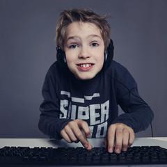 enfant garçon surfant sur ordinateur