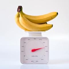 Plátanos Sobre Báscula En Fondo Blanco