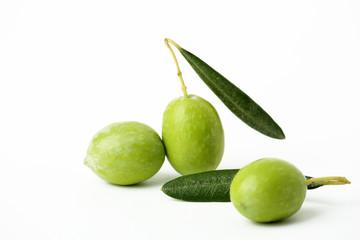 Tre olive verdi e foglie