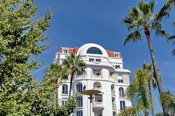 Villa avec palmiers et ciel bleu
