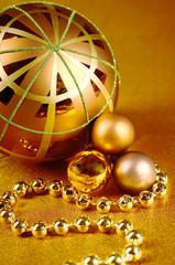 Weihnachtskugeln mit goldener Kette