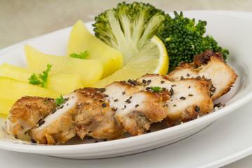tranchierte Hühnerbrust mit Brokkoli und Kartoffeln