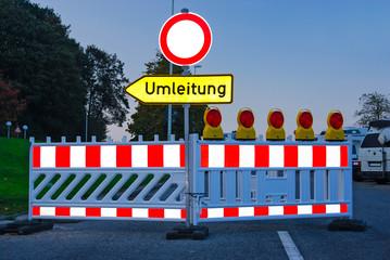 Umleitung - Straßensperrung in der Dämmerung