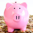 Sparschwein auf einem Geldhaufen