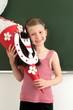 Schulanfängerin mit selbstgebastelter Schultüte