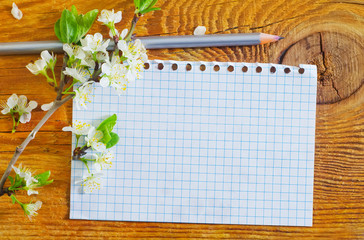 flowers and note on wooden background