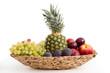 Obst in einer geflochtenen Schale