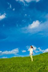 草原と青空と一人の女性