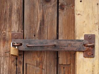 Altes Vorhangschloss sichert Holztür