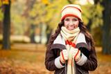 Fototapety girl feeling cold in autumn park