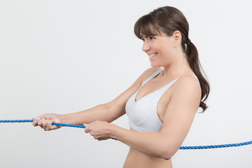 Frau zieht am Seil
