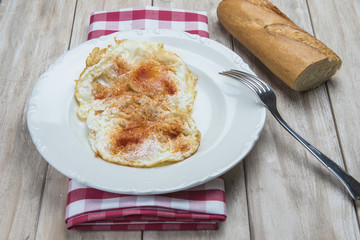 Huevos fritos con pimentón y pan