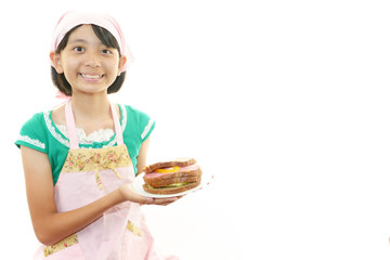 料理を持つ笑顔の女の子
