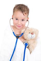 Kleiner Junge spielt Kinderarzt
