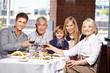 Familie im Restaurant beim Lunch