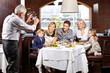 Familienfoto im Restaurant machen