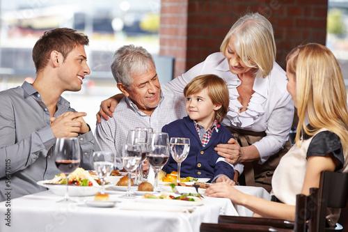 Drei Generationen im Restaurant