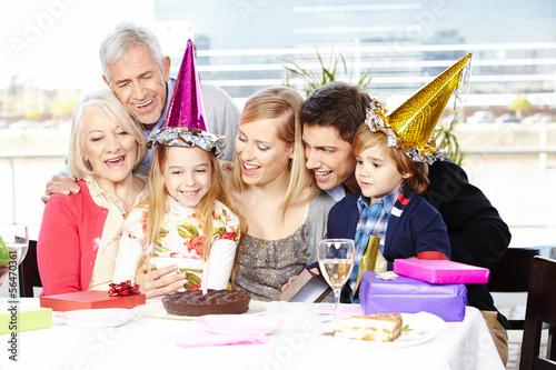 Harmonische Familie feiert Kindergeburtstag